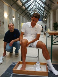 Roger Federer und Andreas Bründler bei der Erstellung des Originalabdrucks