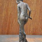 Aus dem Kleid steigende Bronze patiniert