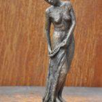 Frau mit Tuch, klein, Bronze, patiniert